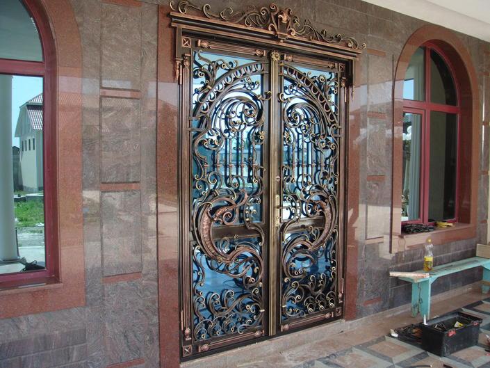 Дверь с кованными элементами декора
