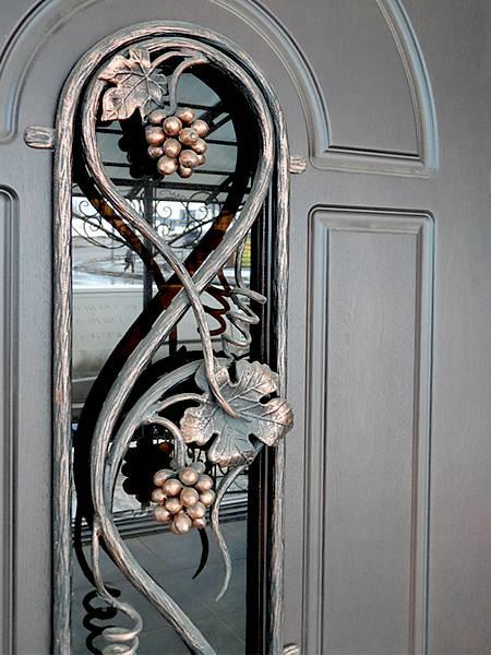Дверь с кованным украшением