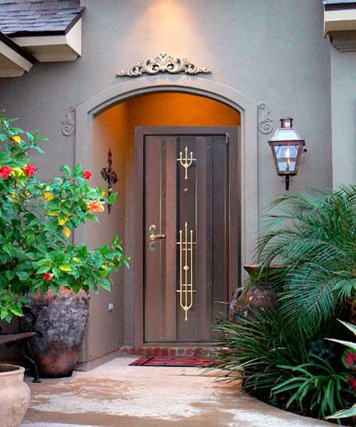 Декорированная ковкой дверь