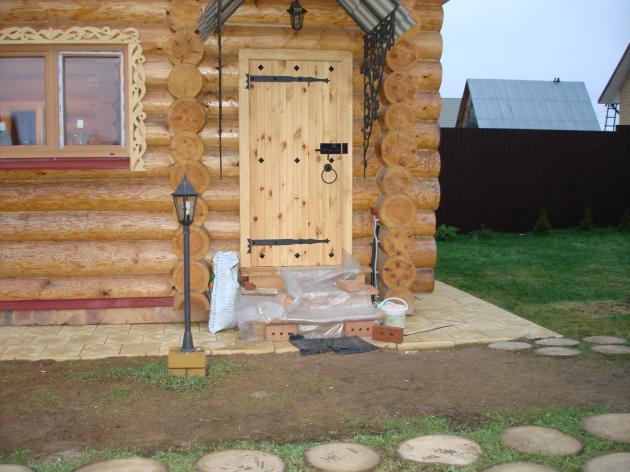 Входная дверь в банный домик
