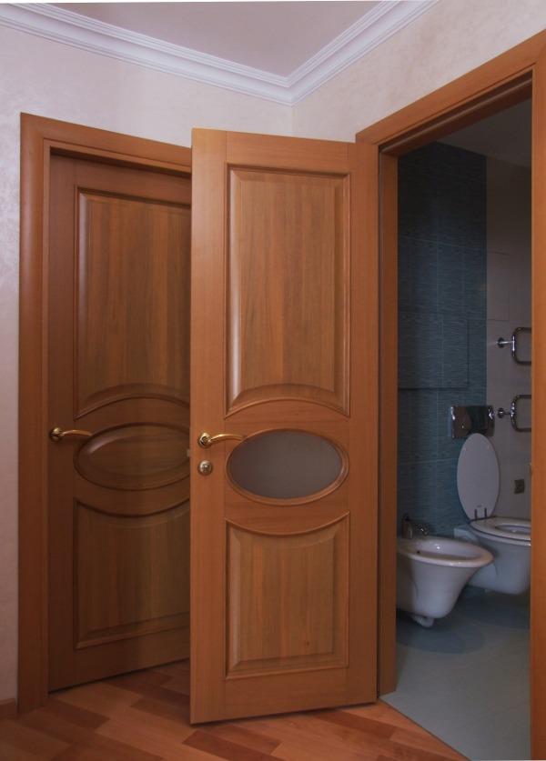 Деревянная дверь в санузле