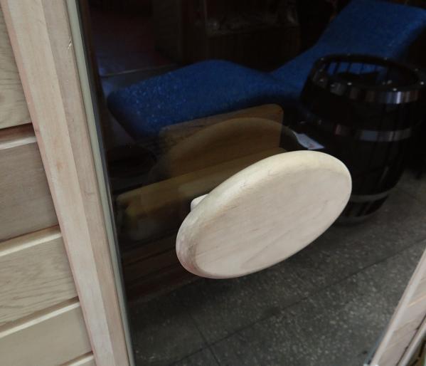 Деревянная ручка в двери из стекла