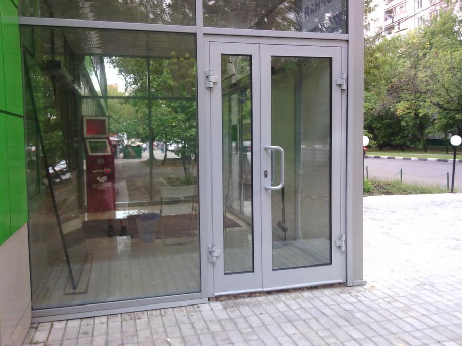 Распашная дверь из алюминиевого профиля