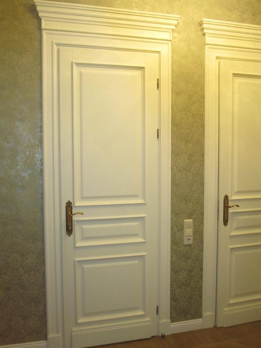 Двери белого цвета, установленные в санузел
