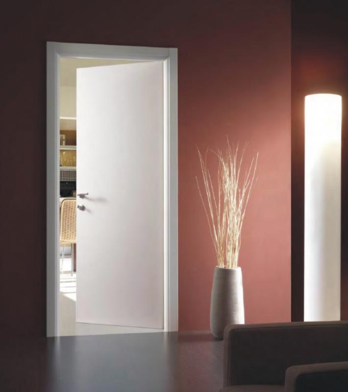 Белая дверь в современном интерьере