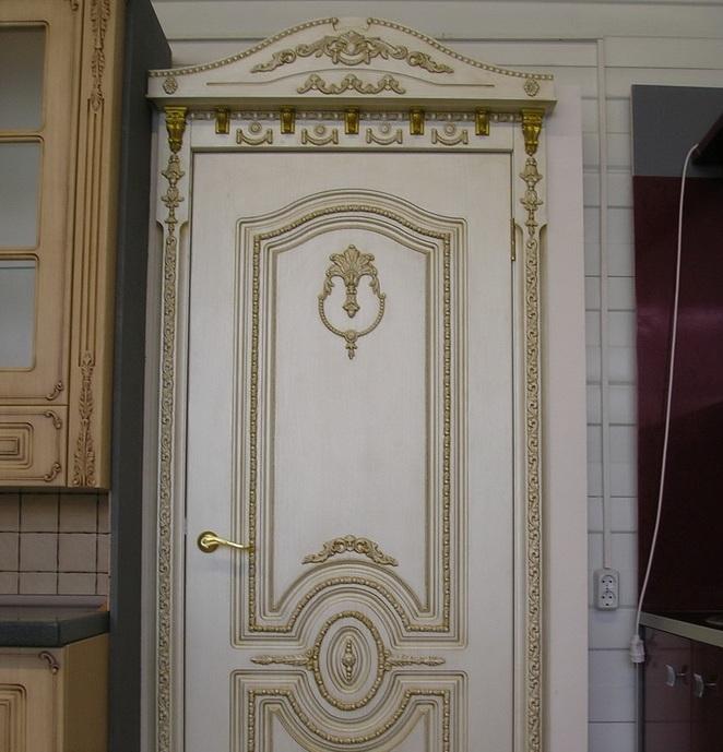 Дверь, украшенная молдингами