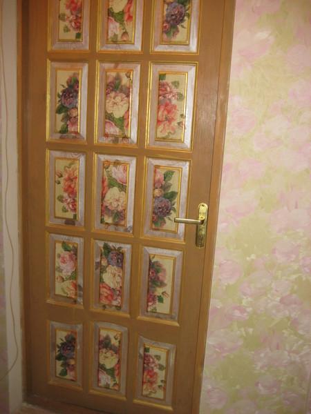 Пример исполнения декупажа для двери
