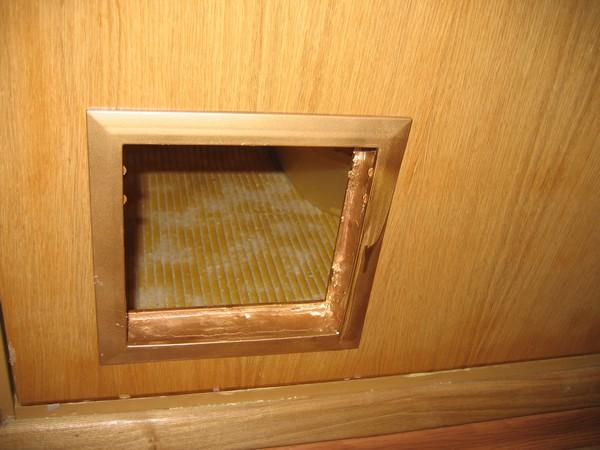 Лаз для домашних животных в межкомнатной двери