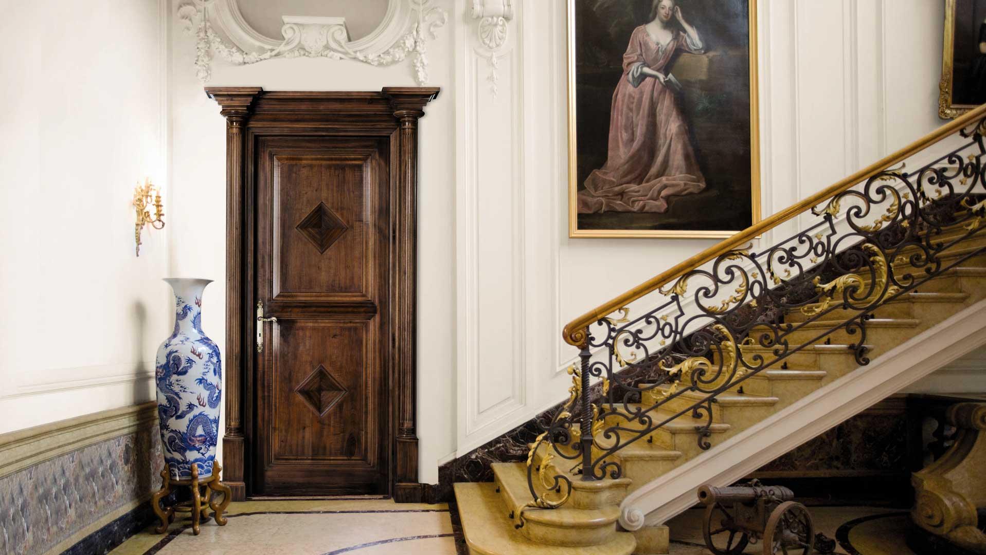 Дверь из дерева в холле особняка