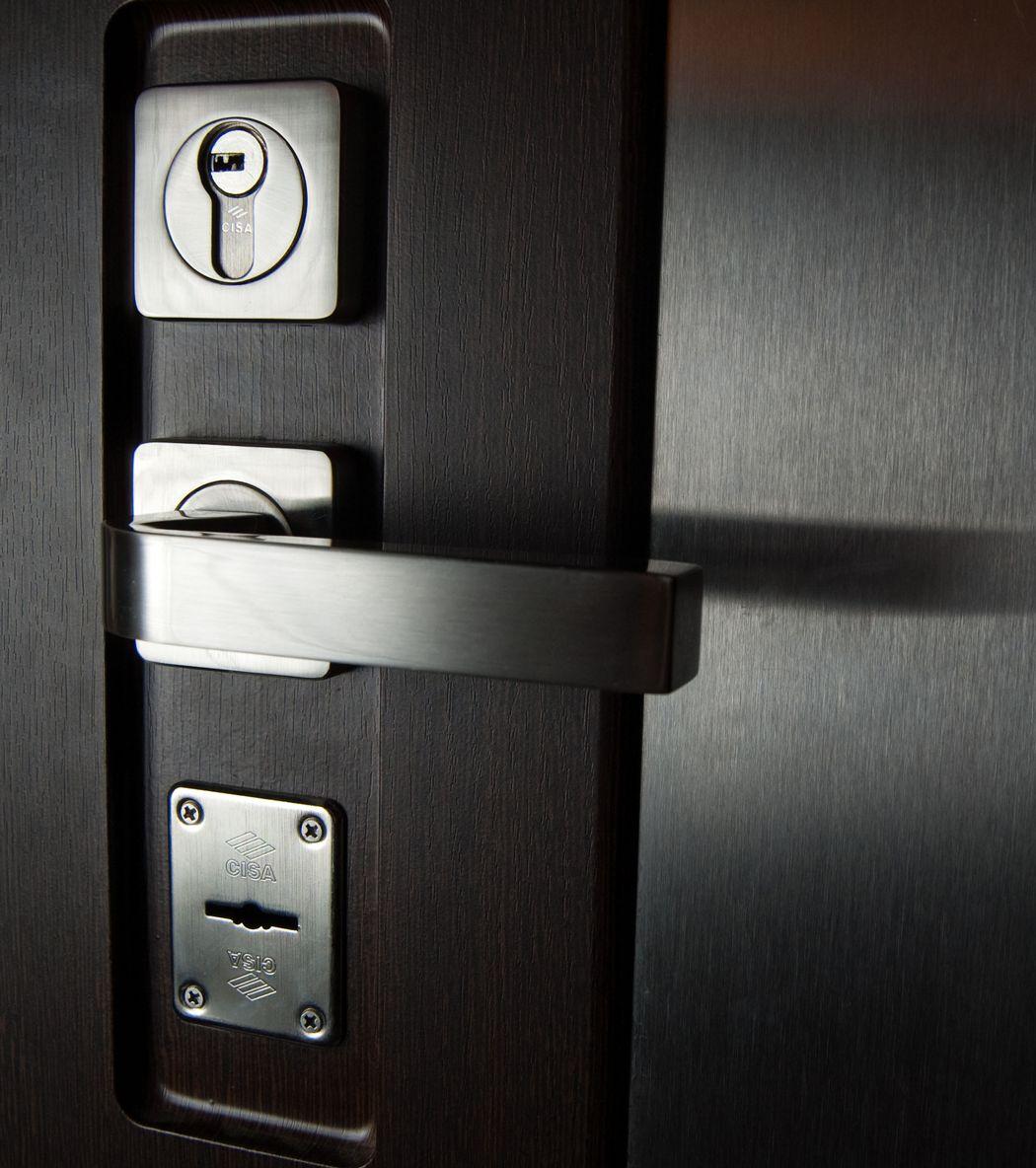Два замка на двери