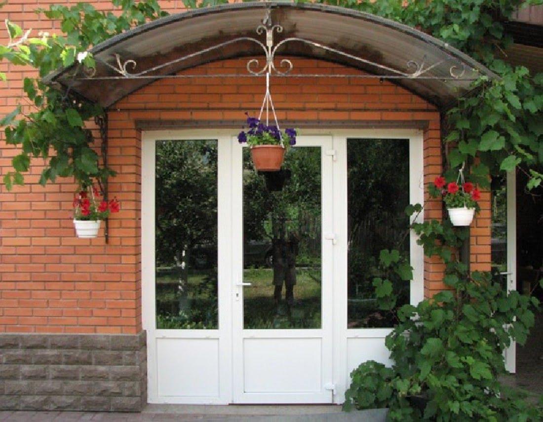 Пластиковая дверь на входе в дом