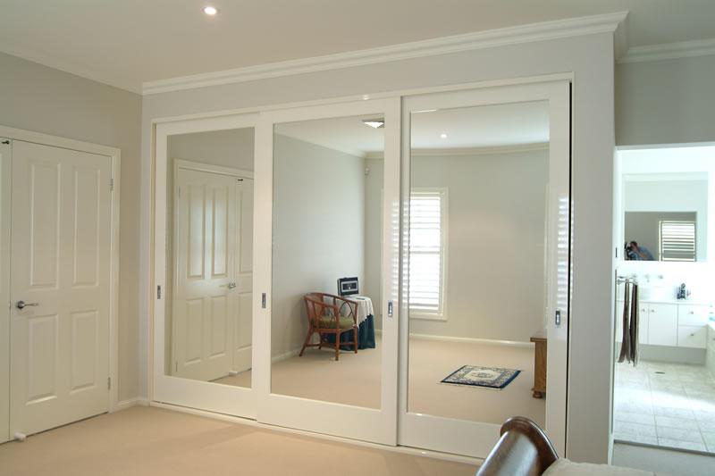 Сочетание гардеробных дверей с дизайном комнаты