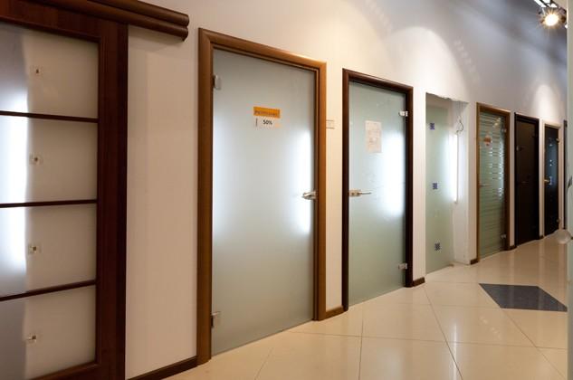 Стеклянные двери в выставочном салоне