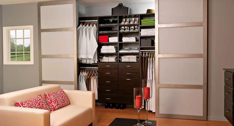 Раздвижная дверь в гардеробной комнате