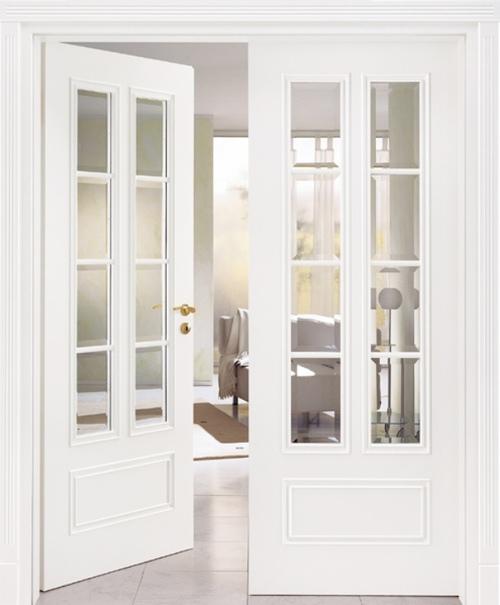 Дверь белого цвета с двумя створками