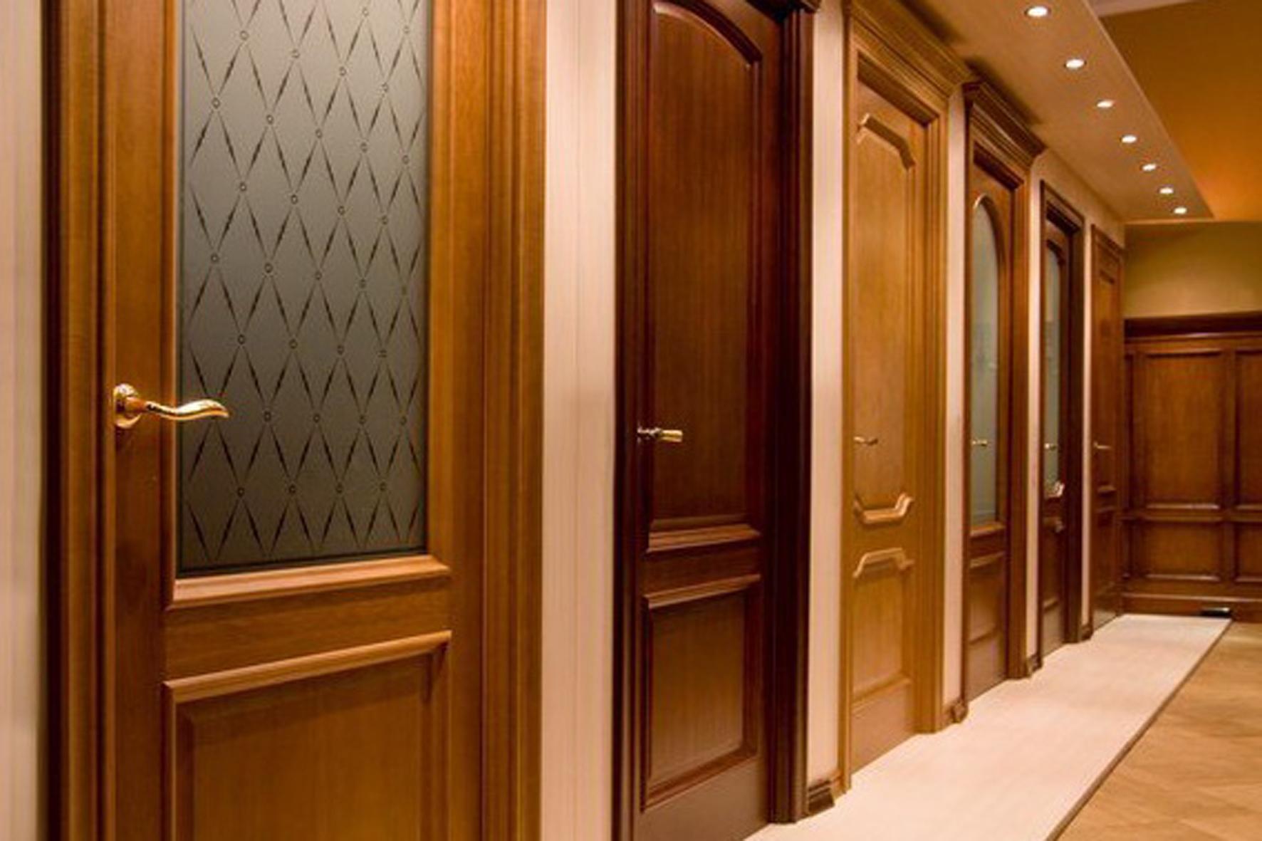 Двери из дерева в салоне