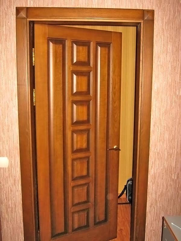 Распашная дверь из дерева
