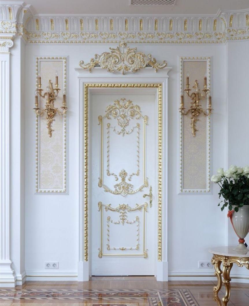 Дверь с золотым декором