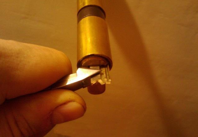 Выемка сломанного ключа из замочной скважины