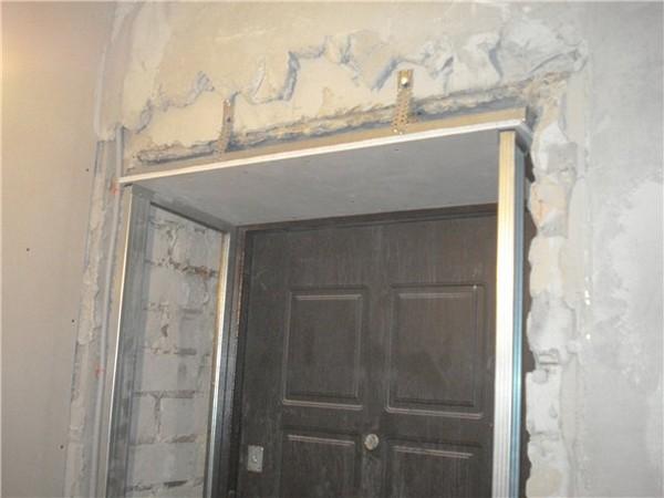 Процесс отделки проема входной двери