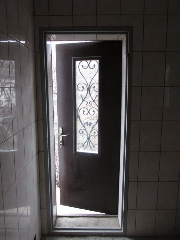 Металлическая дверь со стеклянной вставкой
