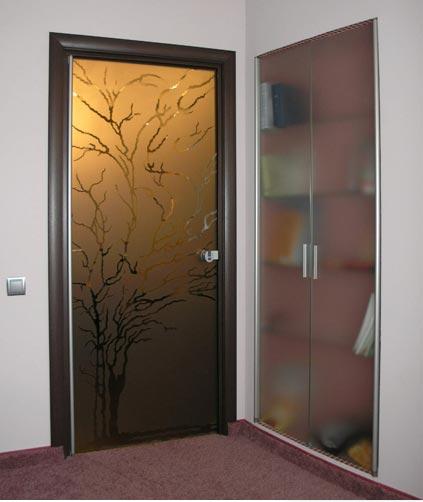 Распашная дверь, изготовленная из стекла
