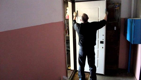 Процесс монтажа накладки для двери
