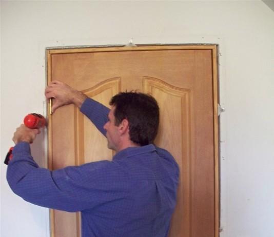 Процесс установки межкомнатной двери