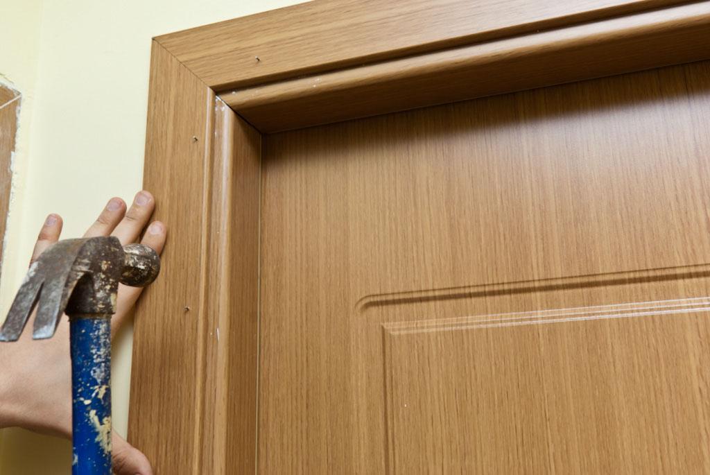 Монтаж наличников двери
