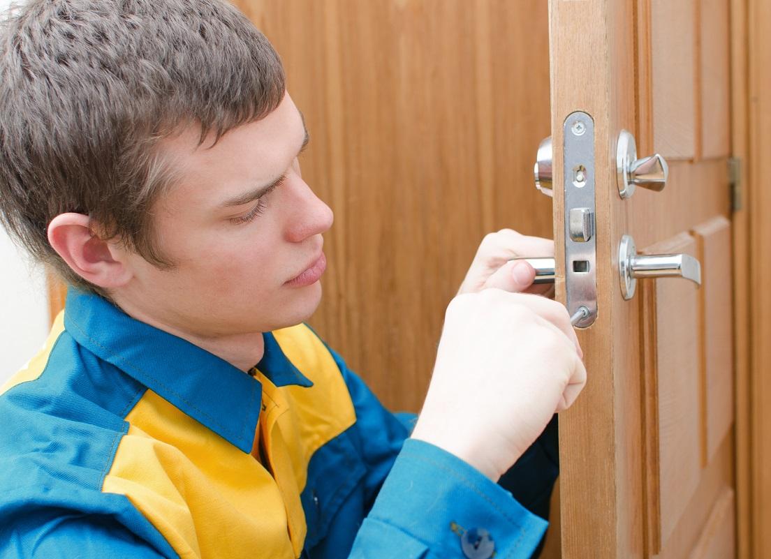 Крепление планки замка двери