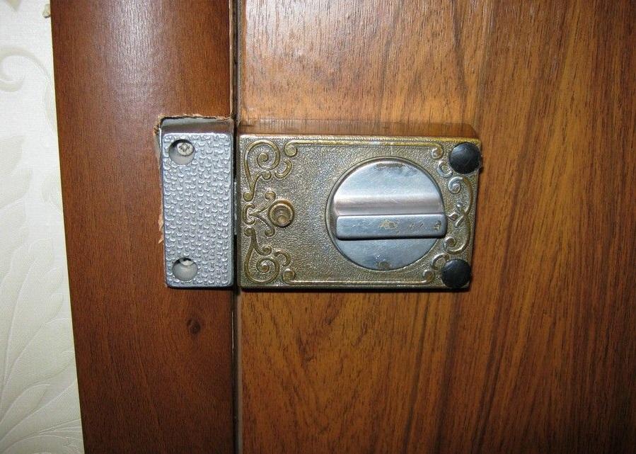 Накладной замок на деревянной двери