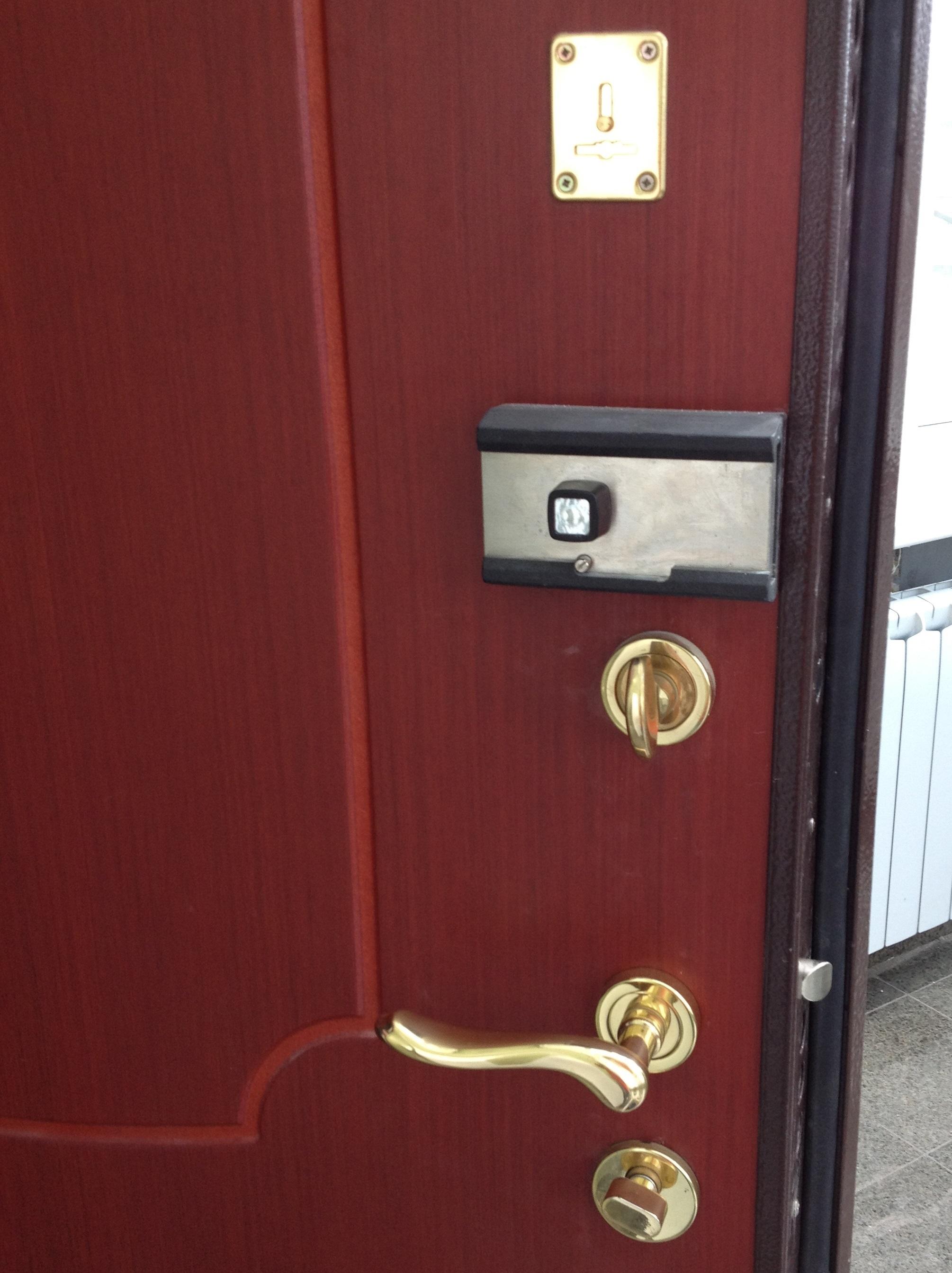Дверь с запорными механизмами различных типов