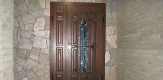 Железная входная дверь в частном доме