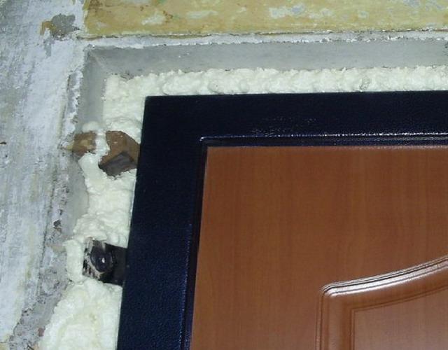 Косяк входной двери без отделки