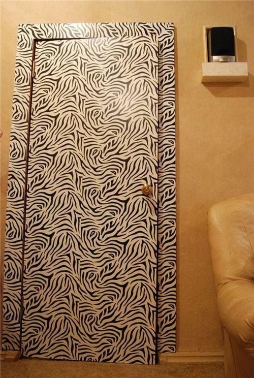 """Дверь, отделанная пленкой с текстурой """"зебра"""""""