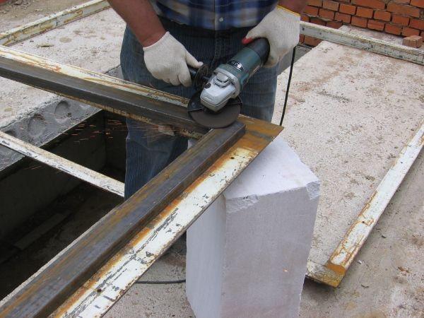 Шлифовка болгаркой коробки металлической двери