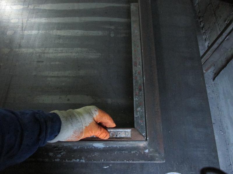 Проверка ровности углом коробки двери