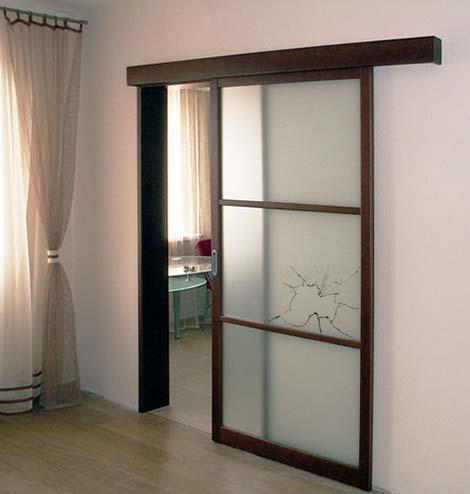 Раздвижная дверь с битым стеклом