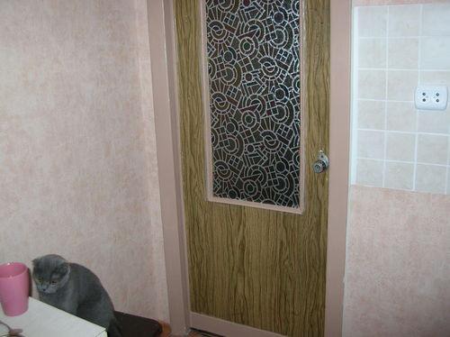 Дверь, декорированная пленкой под дерево