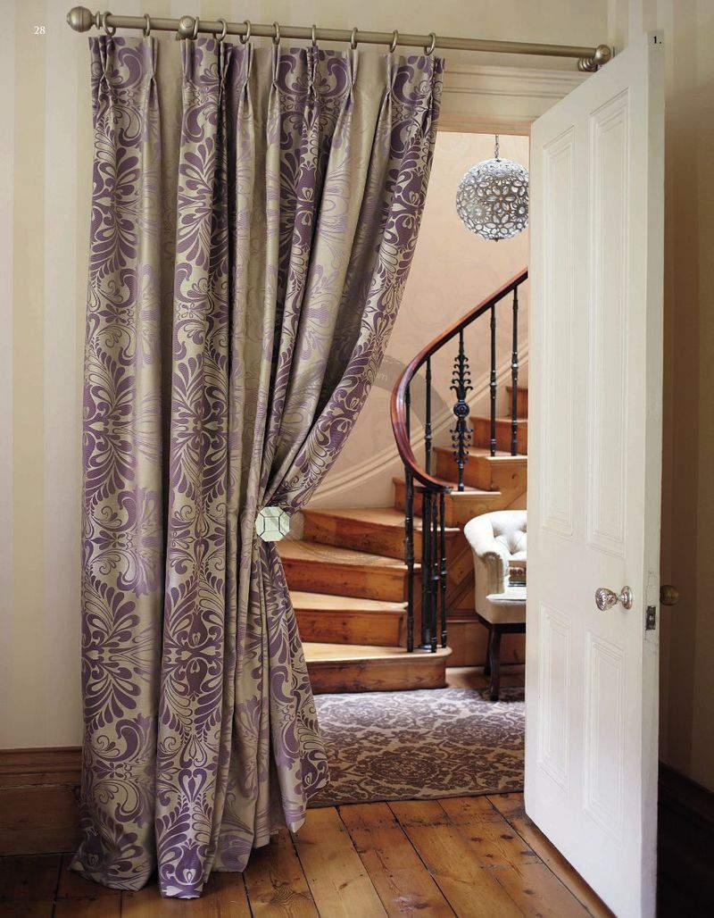 Шторы с фиолетовыми узорами в проеме двери