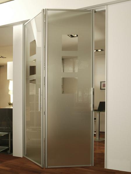 Стеклянная складная дверь с алюминиевой окантовкой