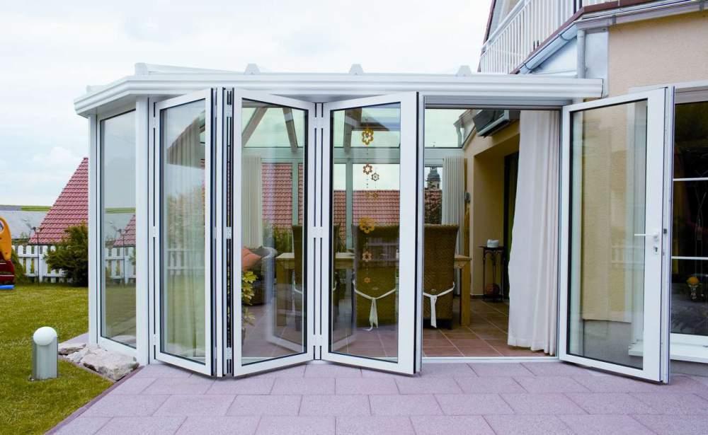 Складная дверь из алюминиевого профиля в оформлении веранды
