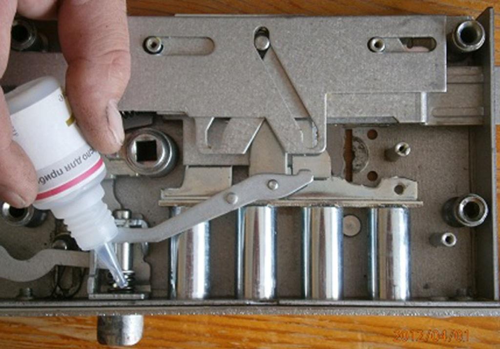Смазывание механизма замка