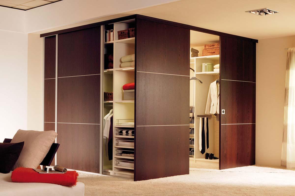 Угловая дверь в гардеробной