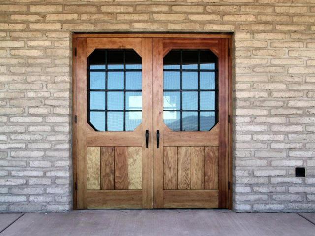 Наружная деревянная дверь