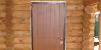 Дверь из металла в доме из бревен