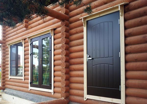 Входная дверь из металла в деревянном строении