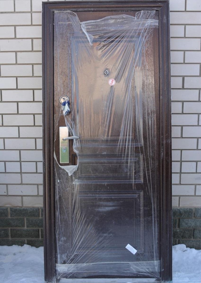 Новая входная дверь в пленке