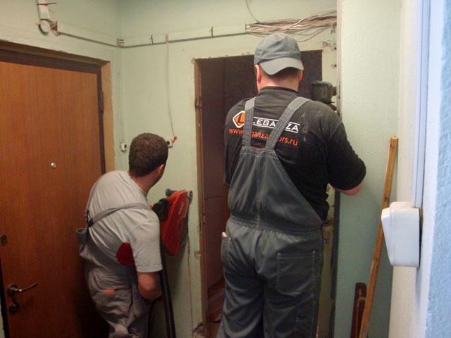 Увеличение дверного проема на входе в квартиру