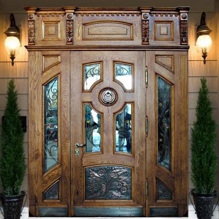 Входная дубовая дверь со вставками из стекла